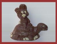 Bio-Schokoladenfigur Hase reitend auf Schildkröte