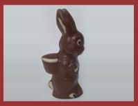 Bio-Schokoladenfigur tragender Korbhase